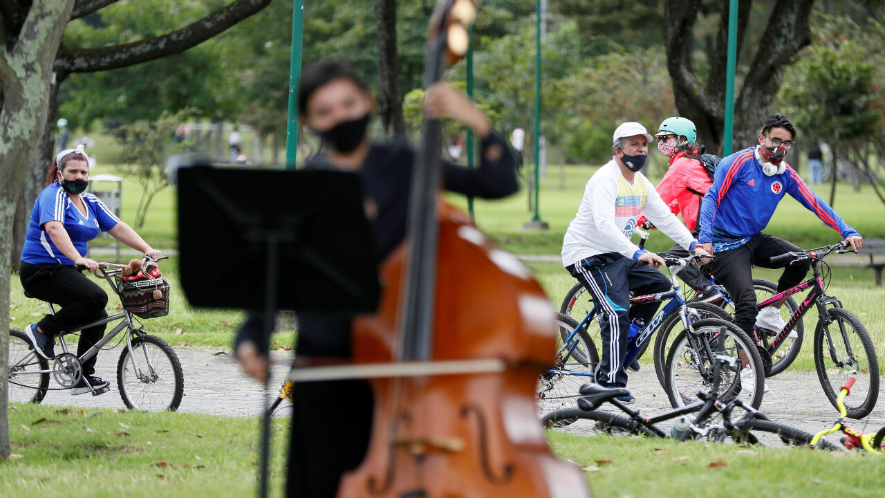 Un grupo de personas disfruta este domingo del concierto de reapertura de los parques realizado por la Orquesta Filarmónica de Bogotá en el Parque Simón Bolívar de Bogotá, Colombia. 30 de agosto de 2020.