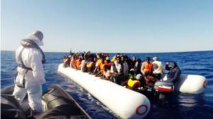 Des naufragés sont recueillis en Méditerranée par les gardes-côtes italiens, le 1er mai 2015.