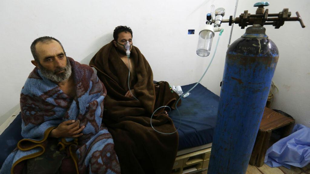 Des patients soignés pour des difficutés respiratoires dans un hôpital proche de Saraqeb, en Syrie, le 4 février 2018.