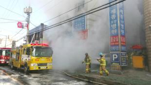 رجال الإطفاء ينبشون الركام بعد إخماد الحريق.