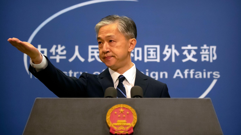 El portavoz del Ministerio de Relaciones Exteriores de China, Wang Wenbin, hace un gesto durante una sesión informativa diaria en el Ministerio de Relaciones Exteriores en Beijing, el viernes 24 de julio de 2020.
