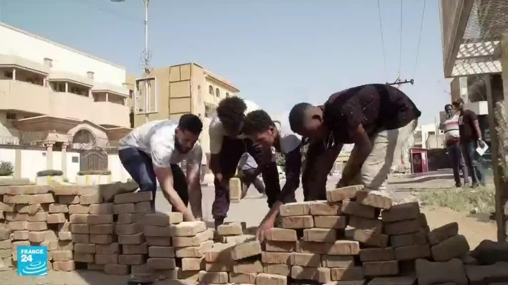 """ريبورتاج: المتاريس سلاح المتظاهرين السودانيين وتحضيرات لمسيرة """"مليونية"""" ردا على الانقلاب"""