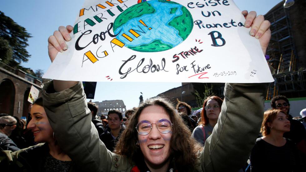 Un estudiante sostiene una pancarta durante una protesta para exigir acciones contra el cambio climático, cerca del Coliseo, en Roma, Italia, el 15 de marzo de 2019.