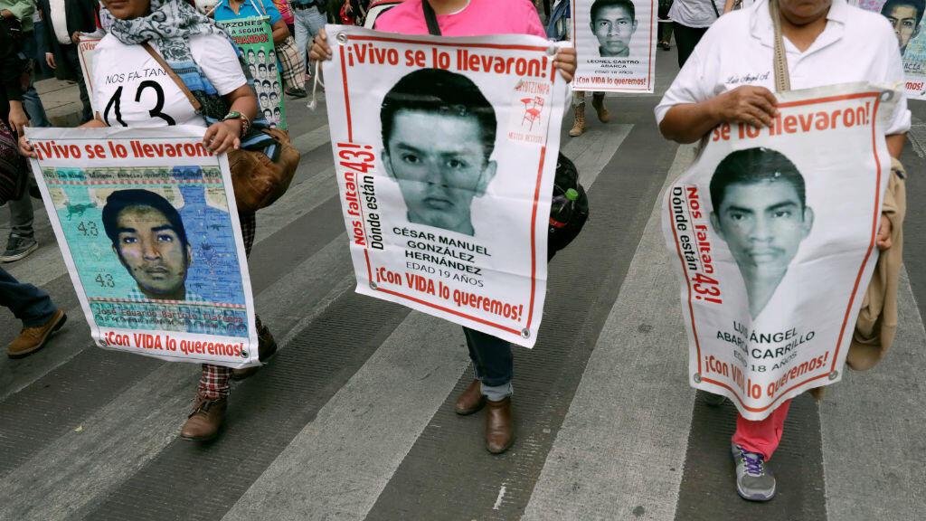 Tres de las pancartas que sostuvieron familiares de algunos de los desaparecidos de Ayotzinapa durante una marcha en Ciudad de México el 26 de febrero de 2018.