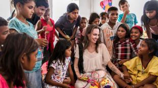 La enviada especial del ACNUR, Angelina Jolie, se reúne con niños que huyeron de Venezuela, en el centro de asistencia integrada, en Maicao, Colombia, el 8 de junio de 2019. Foto tomada el 8 de junio de 2019.
