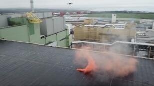 """منظمة """"غرينبيس"""" تلقي قنابل دخانية فوق مفاعل نووي فرنسي، 25 يناير/كانون الثاني 2019."""