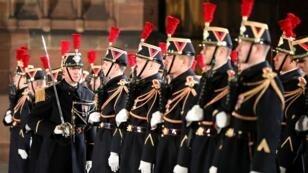 Guardias republicanos franceses permanecen de pie durante una ceremonia militar que celebra el centenario de la finalización de la Primera Guerra Mundial, frente a la catedral de Notre Dame en Estrasburgo, Francia, el 4 de noviembre de 2018.
