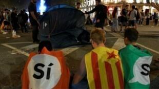 متظاهرون ينصبون خيمة للمبيت في الشارع في برشلونة في 3 تشرين الأول/أكتوبر 2017