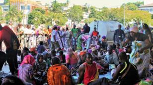 Des personnes chassées de leur domicile se sont regroupées à Mamoudzou, place de la République, le 20 mai 2016.
