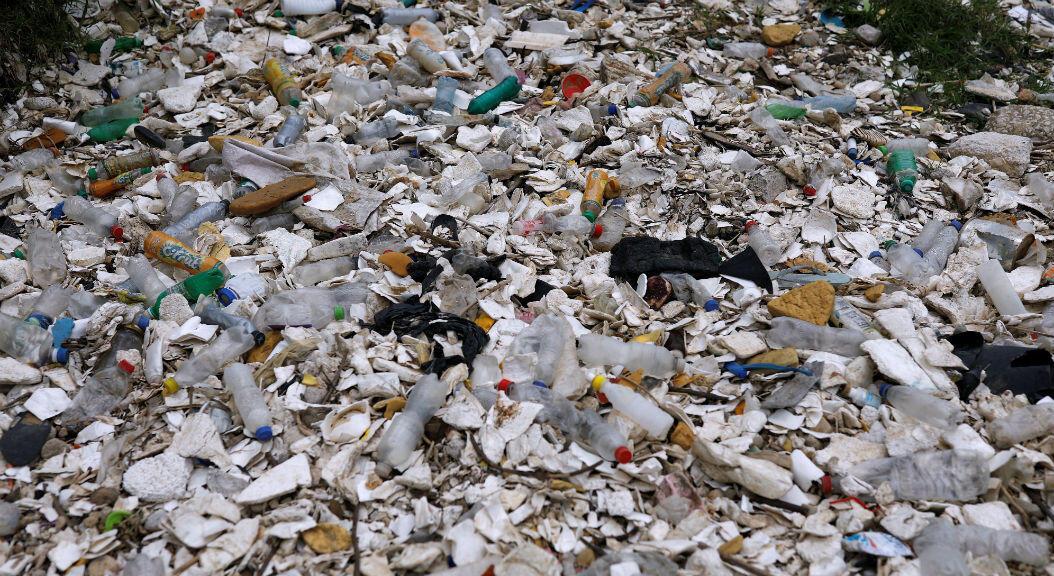 Basura plástica en el contaminado río Las Vacas en el municipio de Chinautla, Guatemala, el 20 de septiembre de 2019.