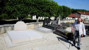 Devant la tombe du général de Gaulle à Colombey-les-Deux-Églises, au lendemain de la dégration.