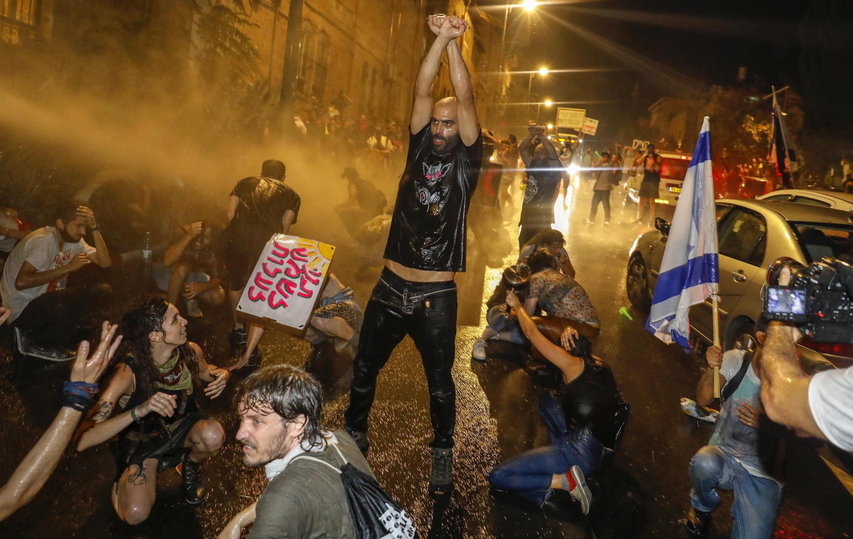 صورة من تظاهرات ضد بنيامين نيتانياهو في القدس على خلفية تفشي فيروس كورونا في إسرائيل.