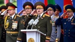 رئيس بيلاروسيا ألكسندر لوكاشينكو (وسط) يتابع عرضا عسكريا في ذكرى العيد الوطني في مينسك في 3 تموز/يوليو 2018