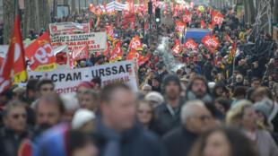 المتظاهرون يجوبون شوارع العاصمة الفرنسية