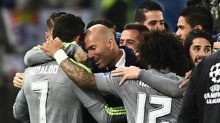 Les joueurs du Real Madrid ont fêté l'ouverture du score dans les bras de leur entraîneur français, mercredi 17 février.