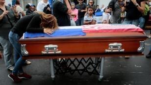Una mujer llora frente el cofre del ciudadano estadounidense Eddy Montes durante su funeral en Matagalpa, Nicaragua, el 19 de mayo de 2019.