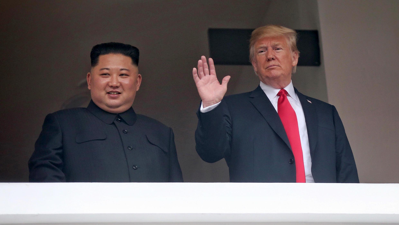Kim Jong-un et Donald Trump saluent la presse après leur rencontre à Singapour, mardi 12 juin 2018.