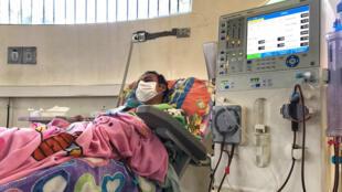 Un paciente renal se somete a una diálisis en el Hospital Central de San Cristóbal, el 25 de febrero de 2019.