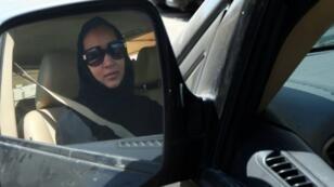 Un activista desafía la prohibición de conducir en Arabia Saudita en 2013.