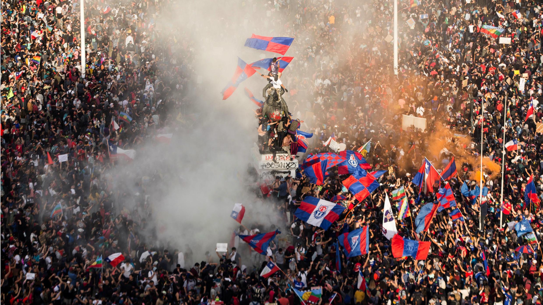Miles de personas protestan este martes, durante otra jornada  de protestas a nivel nacional en contra del Gobierno de Piñera, en la céntrica Plaza Italia de Santiago, en Chile.