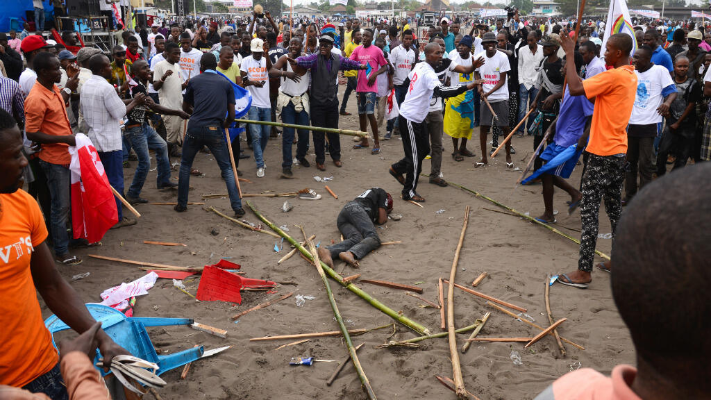 Un homme gît sur le sol, mardi 15 septembre 2015, à Kinshasa, après des heurts en marge d'une manifestation des opposants à Joseph Kabila.