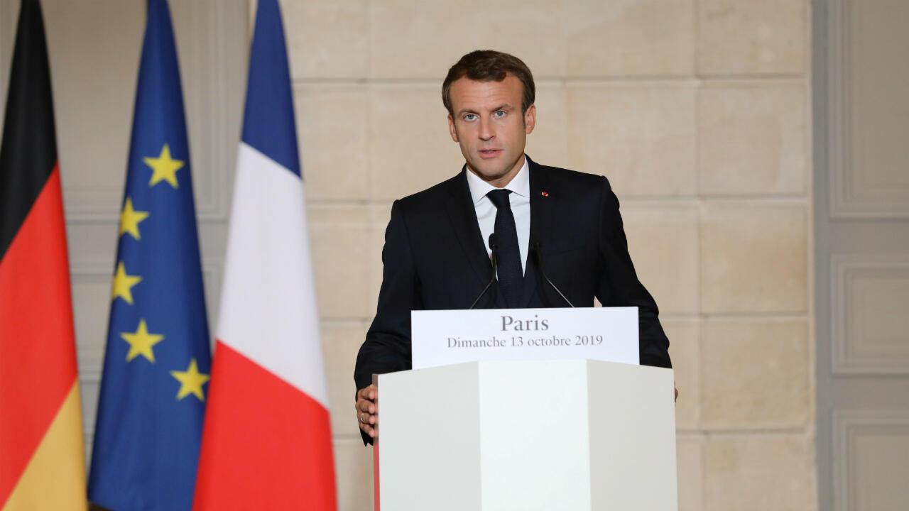 Le président français Emmanuel Macron prend la parole lors d'une conférence de presse commune avec la chancelière allemande Angela Merkel, à Paris, le 13octobre2019.