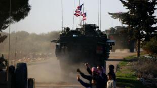 Un convoi de chars de l'armée américaine traverse un village près de la ville de Manbij, en Syrie, le 5 mars 2017.