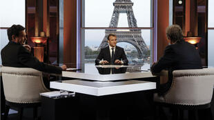 الرئيس الفرنسي إيمانويل ماكرون في لقاء تلفزيوني 15 نيسان/أبريل 2018.