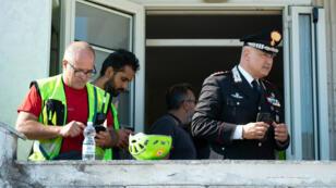 Des sauveteurs au centre de coordination lors des opérations de recherches du randonneur français Simon Gautier, à Policastro Bussentino, le 18 août 2019.