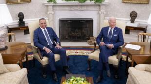 El presidente estadounidense Joe Biden recibe al primer ministro iraquí Mustafa Al-Kadhimi para una reunión bilateral en la Oficina Oval de la Casa Blanca, en Washington D.C., el 26 de julio de 2021.