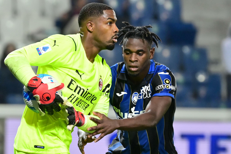 L'attaccante colombiano di Atlanta Bergamo Duan Zapada ha cercato di riportare la palla al portiere francese dell'AC Milan Mike Miknon dopo aver ridotto il punteggio di rigore nella partita di Serie A del 3 ottobre 2021 a Bergamo.
