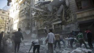 مدنيون ومسعفون بموقع غارة في حي الشعار بحلب في 27 سبتمبر 2016