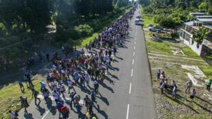 Des migrants honduriens sur la route reliant Ciudad Hidalgo à Tapachula, État de Chiapas, Mexique, le 21 octobre 2018.