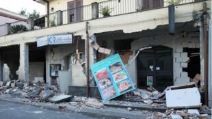 Tiendas lucen daños tras el terremoto de magnitud 4,8 en el norte de Catania, en Sicilia, el 26 de diciembre de 2018.
