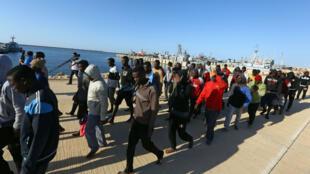 Des migrants africains arrivent sur la base navale de Tripoli, à l'ouest de la Libye, le 11 octobre 2017.