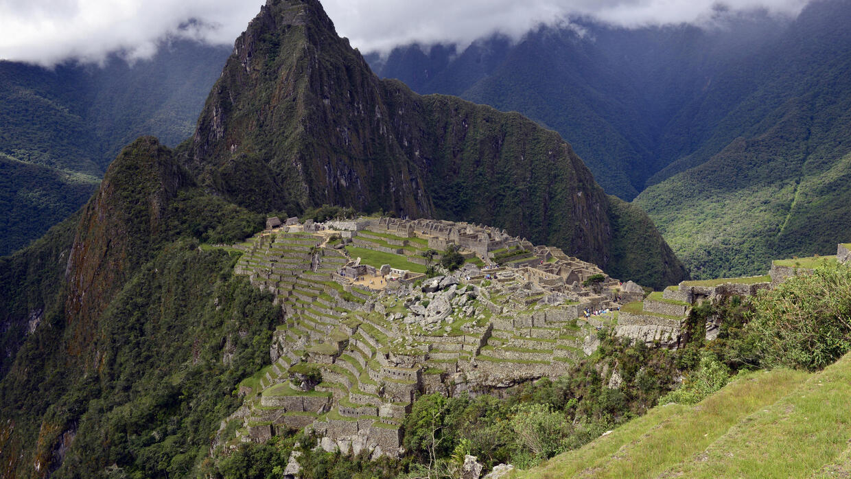 Six tourists arrested after feces found in sacred Machu Picchu area - France 24