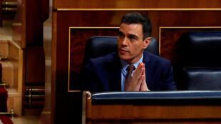 El presidente Pedro Sánchez asiste al debate sobre la extensión del estado de alarma en España desde su escaño del Congreso de los Diputados, el 6 de mayo de 2020 en Madrid