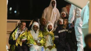 Des migrants clandestins sauvés dans le cadre de la mission Frontex arrivent au port d'Augusta, en Sicile, le 4 mars 2015.