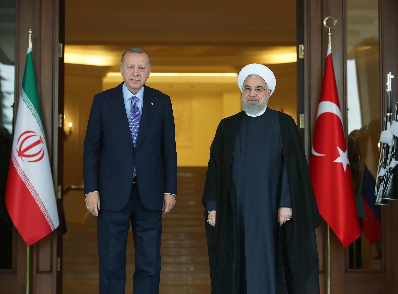 """Antes de partir hacia Ankara, el presidente iraní indicó que espera que en la cumbre trilateral con sus homólogos de Turquía y Rusia se tomen """"medidas efectivas"""" y que los tres países puedan """"ayudar a la gente y al futuro de Siria""""."""