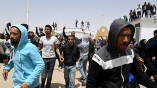 تونسيون يتظاهرون خلال زيارة لرئيس الوزراء يوسف الشاهد إلى تطاوين، في 27 نيسان/أبريل 2017