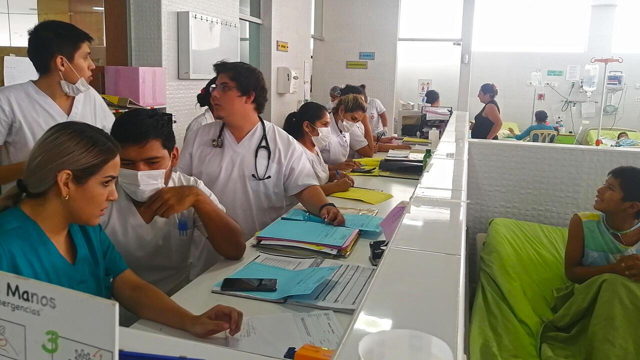 Los médicos del Hospital del Niño, en Santa Cruz, no dan abasto ante la llegada cada día de decenas de menores con síntomas por dengue.
