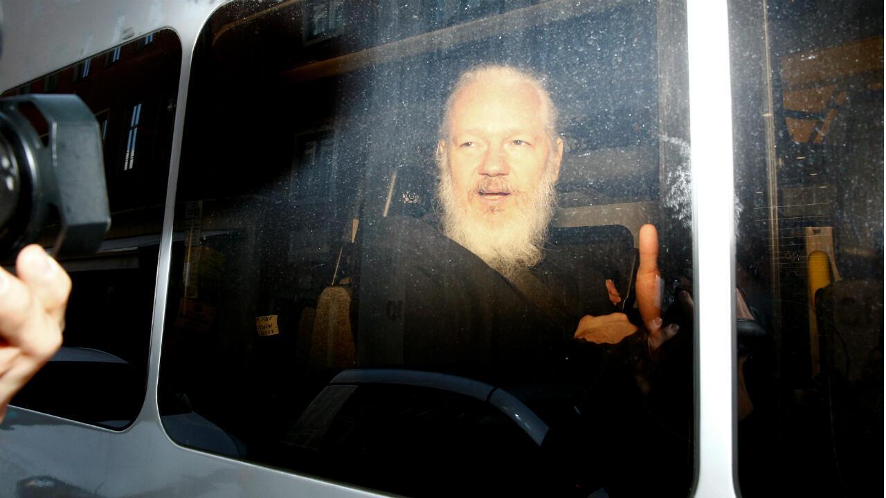 Julian Assange dans un fourgon de la police britannique, après son arrestation, le 11 avril 2019.
