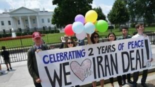 ناشطون أمام البيت الأبيض في 14 تموز/يوليو 2017 يرفعون لافتة احتفاء بمرور عامين على توقيع الاتفاق النووي مع إيران