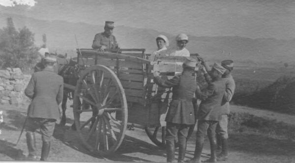 Marthe de Goutière, en Albanie, le 3 juin 1918, un mois avant son décès.