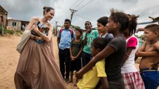 La enviada especial del Alto Comisionado de las Naciones Unidas para los Refugiados, Angelina Jolie, habla a las personas en Riohacha, Colombia, el 7 de junio de 2019. Imagen tomada el 7 de junio de 2019.