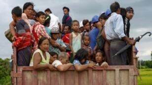 أفراد من أقلية الروهينغا المسلمة في بورما يفرون في 25 آب/أغسطس 2017 من منطقة نزا في راخين