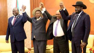 El presidente de Sudán, Omar Al-Bashir, junto al presidente de Sudán de Sur, Salva Kiir, y el líder rebelde, Riek Machar, durante una reunión para negociar el fin de una guerra civil que estalló en 2013. Jartum. 25 de junio de 2018.