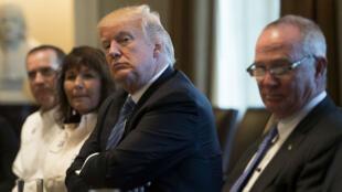 Donald Trump reçoit des chefs d'entreprise et des chauffeurs routiers pour évoquer l'Obamacare, le 23 mars 2017 à la Maison Blanche.