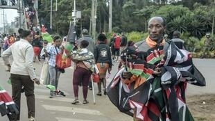 باعة متجولون أمام ملعب كاساراني في نيروبي قبل حفل تنصيب أوهورو كينياتا رئيسا لكينيا لولاية ثانية وأخيرة في 28 نوفمبر 2017