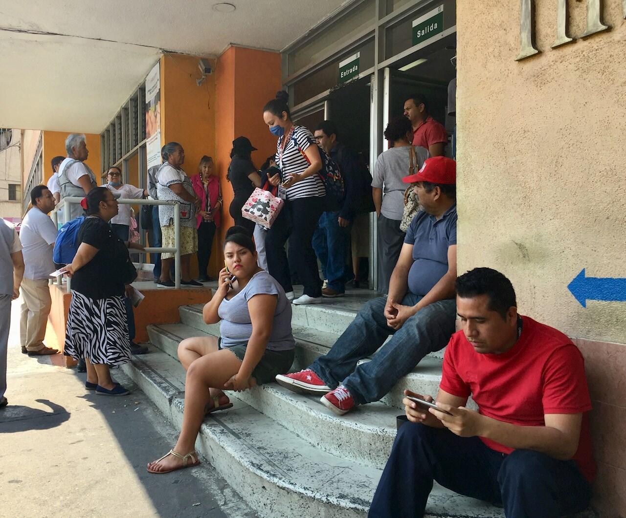 Pacientes esperan atención a las afueras de un hospital el 8 de abril, en Tlalnepantla, al norte de Ciudad de México (México).